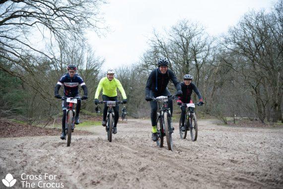 Luc de Laat en Sigi Marell mountainbiken het parcours van Cross for the Crocus