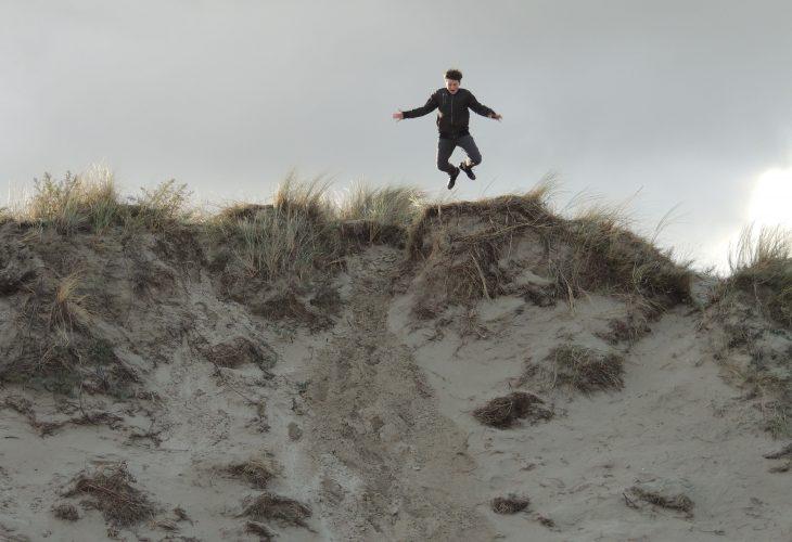 Jongen in duinen van Texel